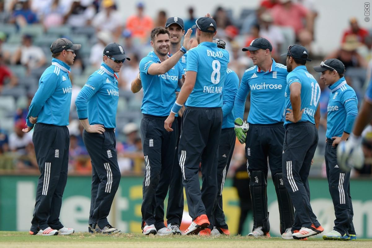 Unchanged England elect to field in tri-series final against Australia