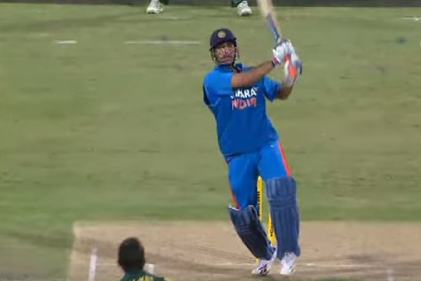 Watch MS Dhoni Finishes Off With Massive Six Against Australia! [VIDEO]