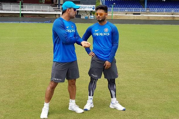 MS Dhoni Seen Giving Advice to Youngster Rishabh Pant